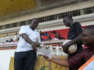 2013 Didier Akplogan ministre des sports félicite l'arbitre de la finale