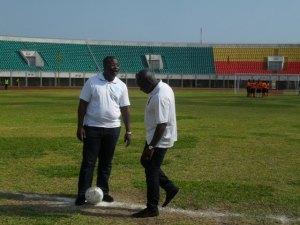 Didier Akplogan ministre des sports ici au coup d'envoi symbolique avec Mounirou Daouda initiateur du tournoi