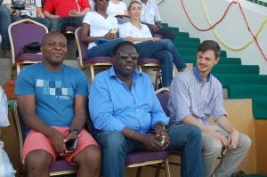 Jacques Okoumassou (à g) président de la fédération d'escrime ici avec Lamine Badiane, journaliste à Africa N°1 et Pierre-Marie Gosselin, invité du tournoi