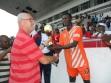 jean-luc collin remettant le trophée du finaliste