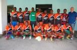 José Anigo avec une sélection de jeunes joueurs des académies ayant participé au tournoi 2