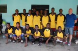 José Anigo avec une sélection de jeunes joueurs des académies ayant participé au tournoi