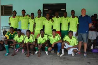 José Anigo avec une sélection de joueurs de Ligue1 et Ligue2 du Bénin