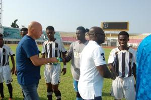 José Anigo salue les joueurs ghanéens