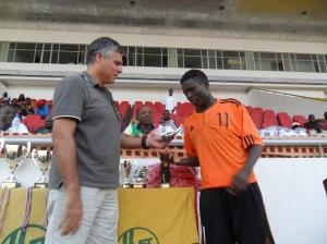 L'ancien défenseur international de l'équipe de France Manuel Amoros remet ici le prix du meilleur joueur 2013