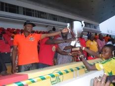 Le député David GBAHOUNGBA et Mounirou DAOUDA remettent le trophée du vainqueur au capitaine d'Asos Fc de Porto-Novo (2014)