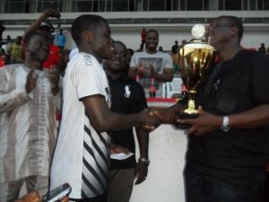 le ministre des sports remet le trophée au vainqueur