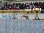 ministre et invités devant la table des trophées
