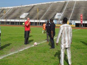 Monsieur Collin à gauche donne le coup d'envoi avec le ministre des sports Ddidier Akplogan et Mounirou Daouda le délégué général du tournoi