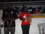 mounirou Daouda prépare les médailles des vainqueurs
