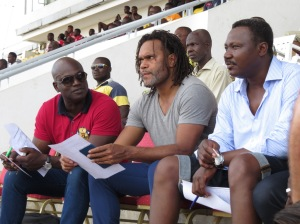 de g à d Mounirou Daouda, Christian Karembeu et Japhet N'doram lors des demi-finales